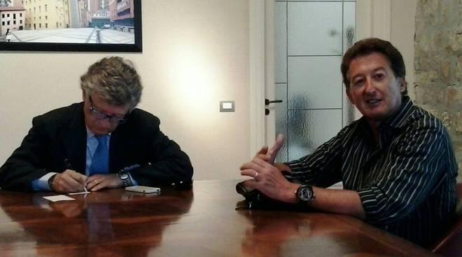 Grignetti, a sinistra, con il sindaco Santarsiero
