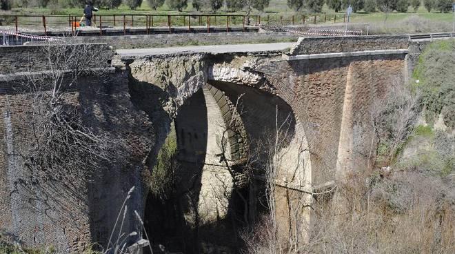 Il ponte crollato a Craco