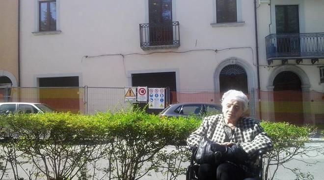 Serafina Ferraro, alle spalle la sua casa. (Foto da www.vittoriadaily.net)