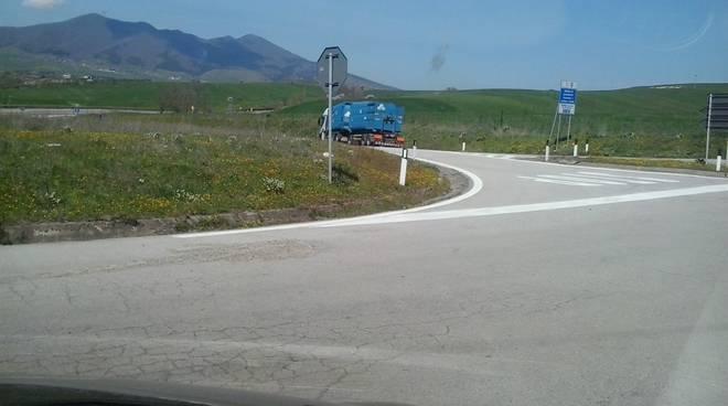 Strada che porta alla discarica di Atella