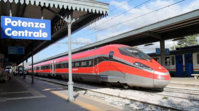 Il Frecciarossa alla stazione di Potenza (Foto gazzettadelmezzogiorno.it)