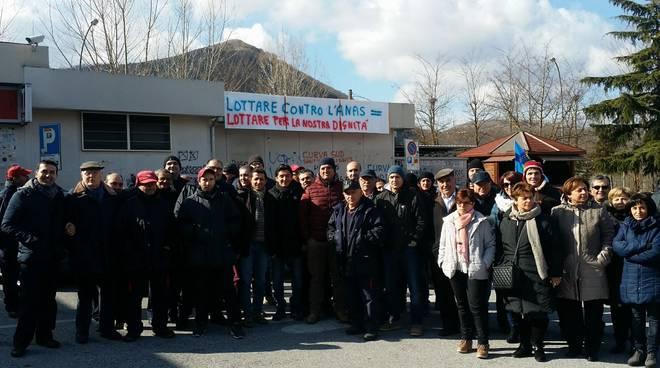 I lavoratori al presidio con il sindaco di Lauria
