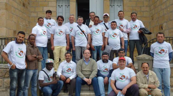 Gruppo di immigrati impiegati nel settore agricolo lucano