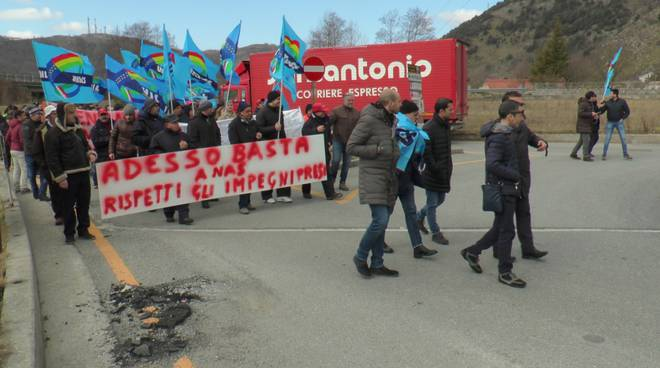 Una manifestazione dei lavoratori delle stazioni di servizio di Galdo (Foto Eco di Basilicata)
