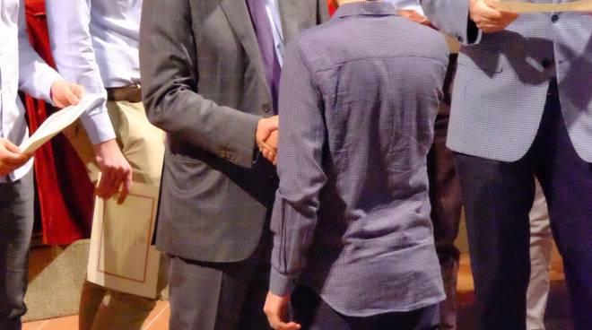 Lo studente lucano premiato con il rettore dell'Università di Bologna