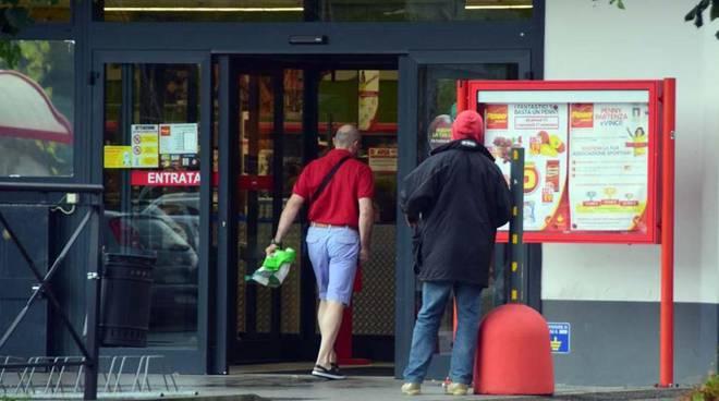 Migrante davanti a supermercato