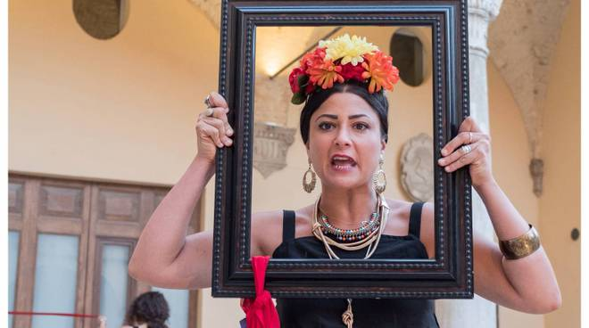 Claudia Balsamo interpreta Frida Khalo