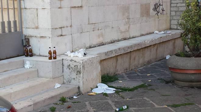 Rifiuti abbandonati nel centro storico di Potenza (foto Facebook)