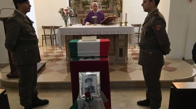 Alcuni momenti della funzione religiosa per il soldato Giovanni Mangone