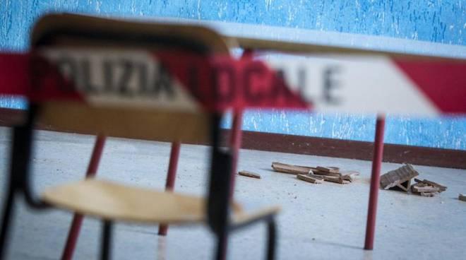 Crollo di calcinacci a scuola