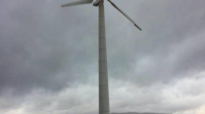 La pala eolica danneggiata e i pezzi sparsi sul terreno circostante