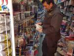 Un finanziere nel magazzino dove sono stati sequestrati i prodotti cinesi