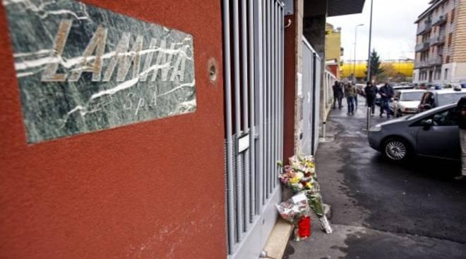 Lamina, Milano. Fiori per le vittime