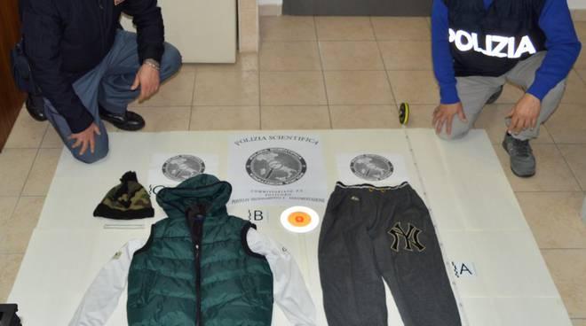 Indumenti che indossava il giovane sequestrati dalla polizia