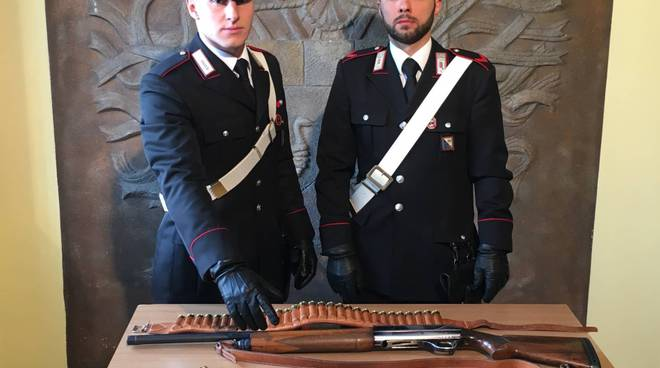 Carabinieri con armi sequestrate