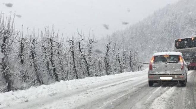 Neve su strada