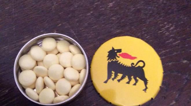 Auto Eni e caramelle al limone distribuite al Liceo Peano