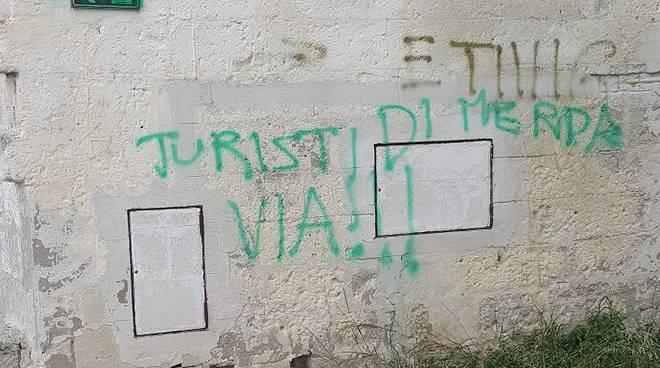 Matera scritta contro turisti