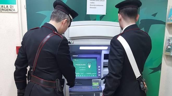 Carabinieri al bancomat dove sono stati effettuati i prelievi
