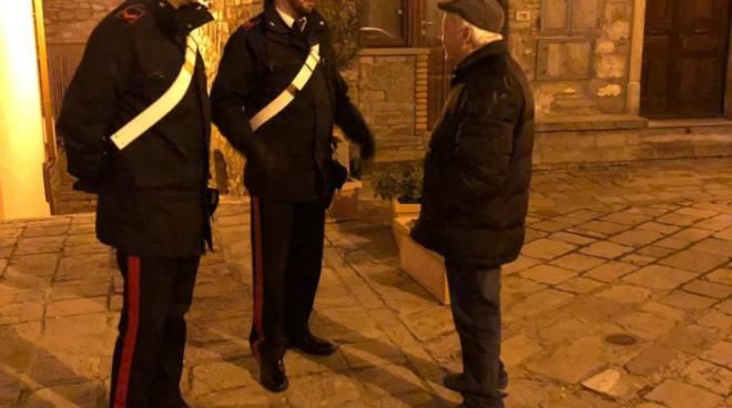Carabinieri con anziano