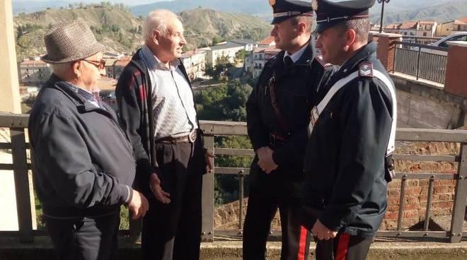 Carabinieri con anziani