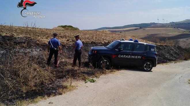 Carabinieri sul luogo dell'incendio