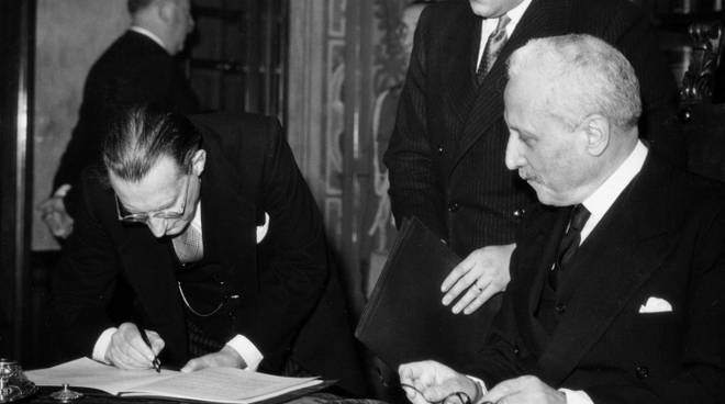 De Gasperi firma Costituzione