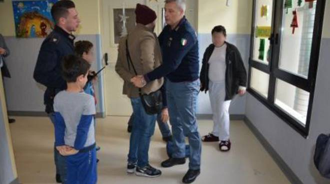 Polizia in visita nel reparto pediatrico