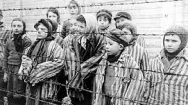 Bambini in campo di concentramento tedesco
