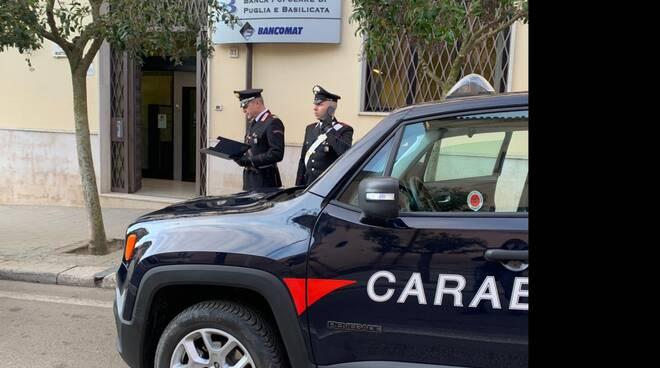 Carabinieri davanti alla Banca Popolare Puglia e Basilicata di Irsina