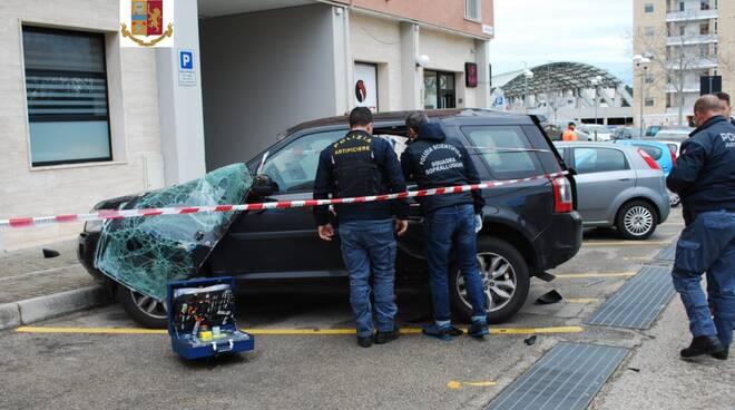 Auto danneggiata dall'esplosione