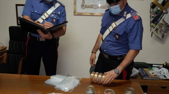 Carabinieri e droga sequestrata