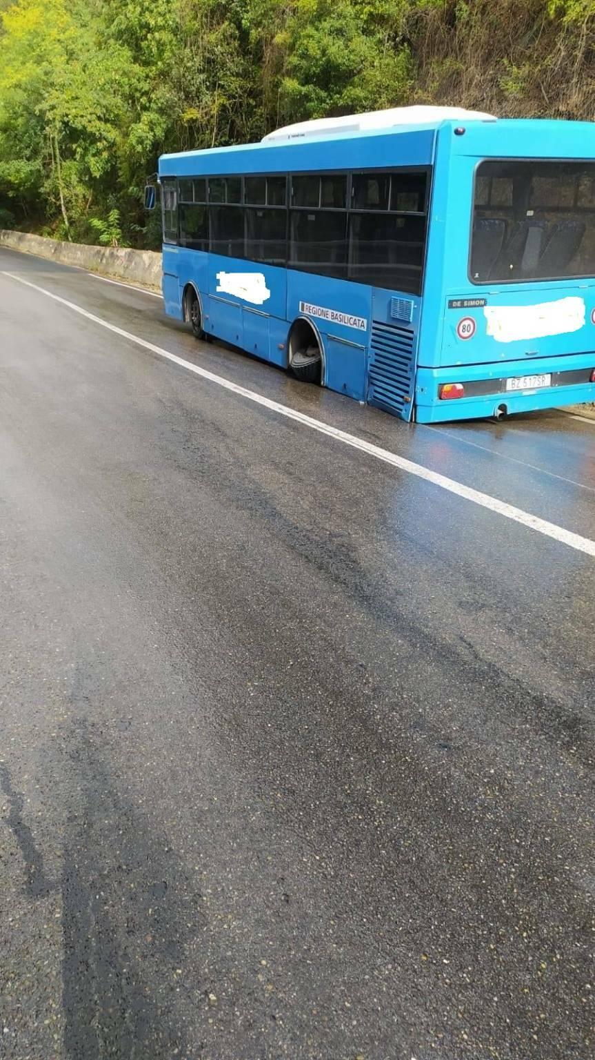 Autobus che ha perso le ruote