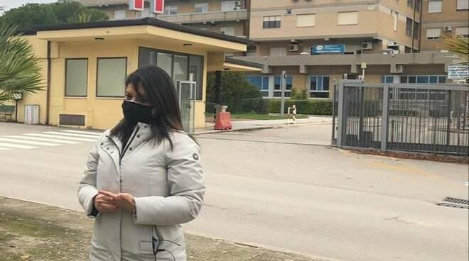 La sindaca di Venosa davanti all'ospedale della città