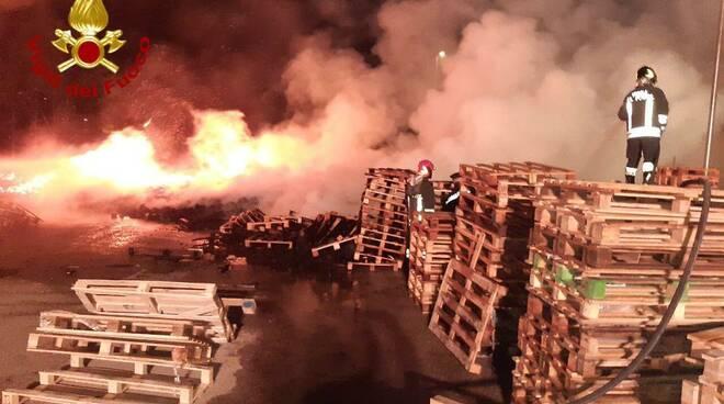 Vigili del fuoco al lavoro a Melfi