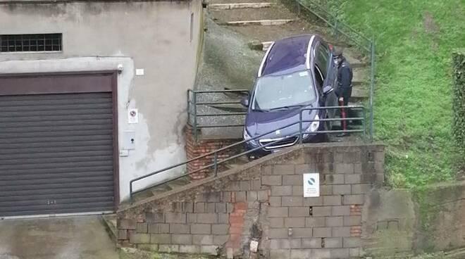 Barile, auto sulle scale