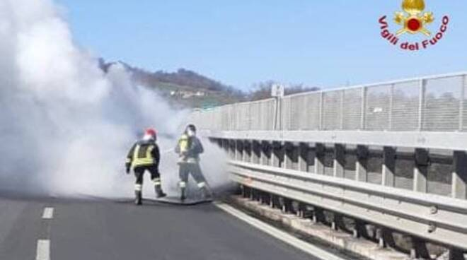 Auto in fiamme Ponte di Picerno