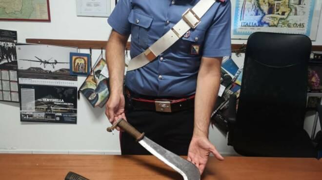 Ascia e machete sequestrati
