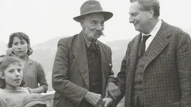 Carlo Levi in visita ad Aliano nel 1960. Foto di Mario Carbone